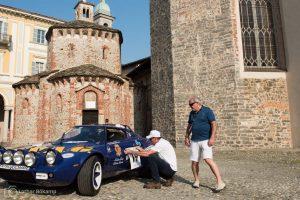 Stilechtes Umfeld zum Anbringen von Startnummern an einer italienischen Rallyelegende. Der Herr war übrigens aus Montana angereist.