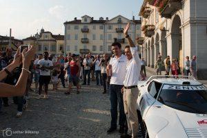 Der Auftritt: Erik Comas mit Beifahrer Yannick Roche vor der jubelnden Menge.