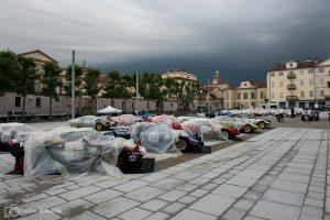 Der Morgen danach: Die Organisatoren schützen mit Planen vor Regen. Oder war es doch Christo, der über Nacht da war?