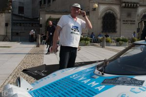 »Stratos-Papst« Udo Sparwald kommt beim Anbringen der Startnummern ins Schwitzen.